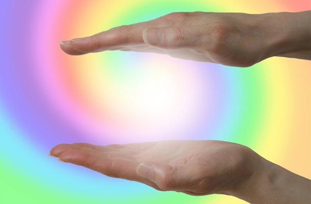 Hände hinter Regenbogen Spirale