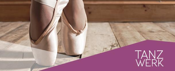 Ballerina Ausschnitt der Füße und Boden  mit Logo Tanzwerk unten rechts