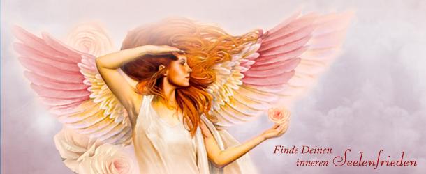 Ein Engel blickt nach rechts und hält eine Rosenblüte in der Hand