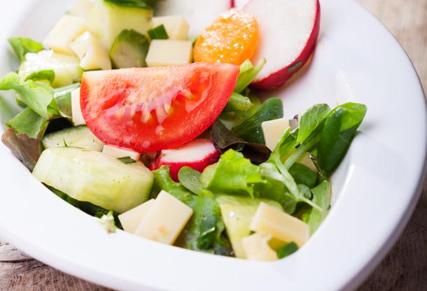 Leckeres Salatteller mit frischen Zutaten.