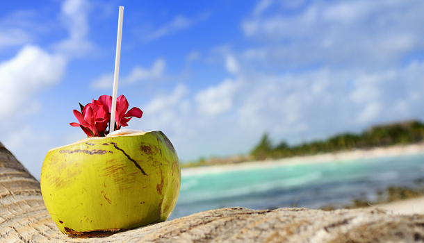 Erfrischender Cocktail in einer Kokosnuss